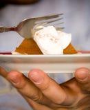 Comendo a torta de abóbora Fotografia de Stock