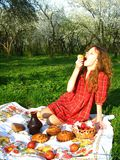 Comendo um Apple Foto de Stock