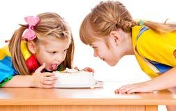 Comendo um bolo Imagens de Stock Royalty Free