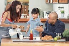 Comendo um café da manhã com família imagens de stock