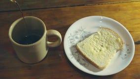 Comendo um café reforçado vídeos de arquivo