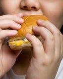 Comendo um hamburguer Fotografia de Stock
