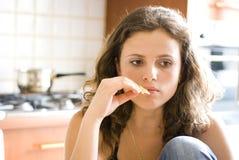 Comendo um petisco Fotografia de Stock