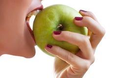 Comendo uma maçã fotos de stock