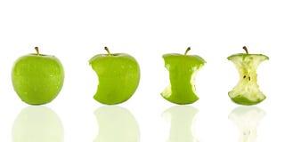 Comendo uma maçã verde Imagens de Stock Royalty Free
