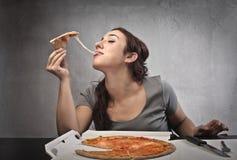 Comendo uma pizza Fotos de Stock Royalty Free