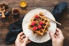 Comendo waffles para o café da manhã foto de stock