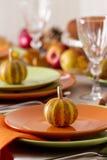 Comensal da ação de graças Ajuste sazonal da tabela com folhas de outono, Fotos de Stock