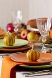 Comensal da ação de graças Ajuste sazonal da tabela com folhas de outono, Foto de Stock Royalty Free