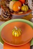Comensal da ação de graças Ajuste sazonal da tabela com folhas de outono, Imagens de Stock Royalty Free