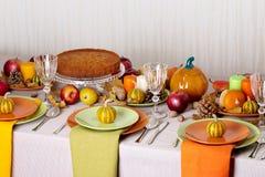 Comensal da ação de graças Ajuste sazonal da tabela com folhas de outono, Foto de Stock
