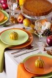 Comensal da ação de graças Ajuste sazonal da tabela com folhas de outono, Imagens de Stock