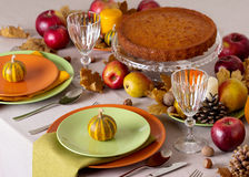 Comensal da ação de graças Ajuste sazonal da tabela com folhas de outono, Imagem de Stock