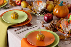 Comensal da ação de graças Ajuste sazonal da tabela com folhas de outono, Fotografia de Stock