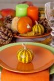 Comensal da ação de graças Ajuste sazonal da tabela com folhas de outono, Fotos de Stock Royalty Free