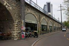 Comensales en el restaurante Markthalle de Zurich del oeste en el Viadukt Fotos de archivo