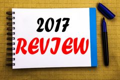 comentario 2017 Concepto del negocio para el informe resumido anual escrito en fondo del papel de nota de la libreta con la opini Fotos de archivo