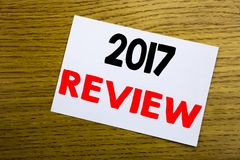 comentario 2017 Concepto del negocio para el informe resumido anual escrito en la nota pegajosa, fondo de madera de madera con el Imagenes de archivo
