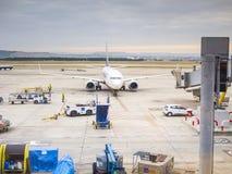 Comentario del avión en aeropuerto Imagen de archivo