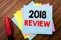 Comentario del texto 2018 del aviso de la escritura Concepto para las obsevaciones sobre el progreso escrito en el papel de nota  Foto de archivo libre de regalías