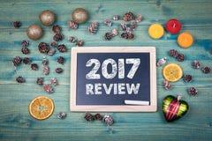 comentario 2017 Fondo de la Navidad y del día de fiesta Ornamentos y decoración en una tabla de madera Fotos de archivo