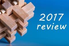 comentario 2017 Resultados del año Nota en el enigma de madera cercano superficial azul Fotos de archivo libres de regalías