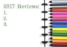 2017 comentarios mandan un SMS en el sketchbook blanco con la pluma del color, visión superior Fotos de archivo