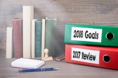 2017 comentarios y 2018 metas Carpetas en el escritorio en la oficina Fondo del asunto Fotos de archivo