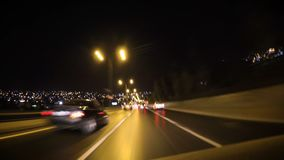 Comenzando el motor, las luces principales de torneado encendido, uniéndose al tráfico y desapareciendo a la blanco en el tráfico almacen de metraje de vídeo