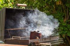 Comenzar el carbón de leña del Bbq en chimenea Imágenes de archivo libres de regalías