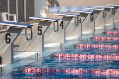 Comenzar lugares en piscina olímpica del aire abierto foto de archivo