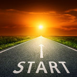 Começo vazio da estrada asfaltada e do sinal Imagem de Stock Royalty Free