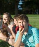Comer adolescente com fome Apple Imagem de Stock