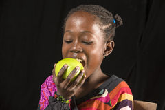 Comer africano da menina imagens de stock