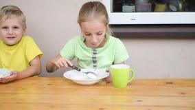 Comer bonito da criança dois video estoque