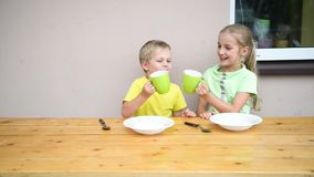 Comer bonito da criança dois vídeos de arquivo