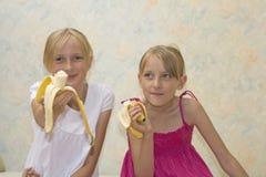 Comer bonito de duas irmãs Fotografia de Stock Royalty Free
