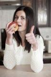 Comer bonito novo da mulher saudável Fotos de Stock