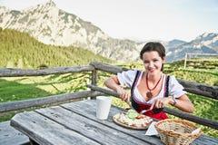 Comer Brettljause da mulher nova Fotos de Stock Royalty Free