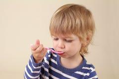 Comer da criança Imagem de Stock Royalty Free