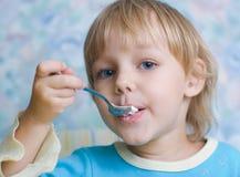 Comer da criança Fotografia de Stock