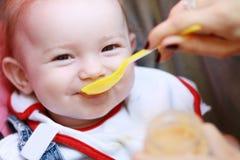 Comer da criança Foto de Stock