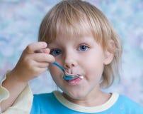 Comer da criança Fotografia de Stock Royalty Free