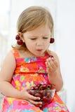 Comer da menina alegre Foto de Stock Royalty Free