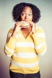 Comer da mulher negra imagens de stock royalty free