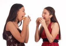 Comer de duas meninas Fotografia de Stock Royalty Free