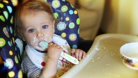 Comer do bebé vídeos de arquivo