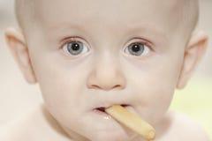 Comer do bebé do close up Imagem de Stock Royalty Free