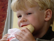 comer do menino foto de stock royalty free