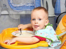 Comer do rapaz pequeno Foto de Stock